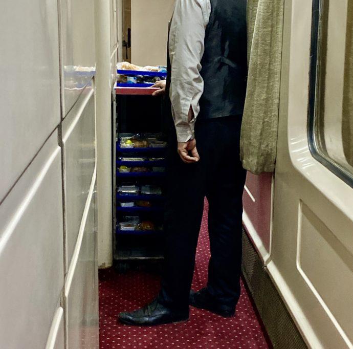エジプト夜行列車の夜食をサーブする鉄道員
