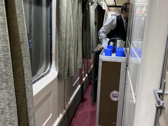 エジプト夜行列車の朝食を運ぶ鉄道員