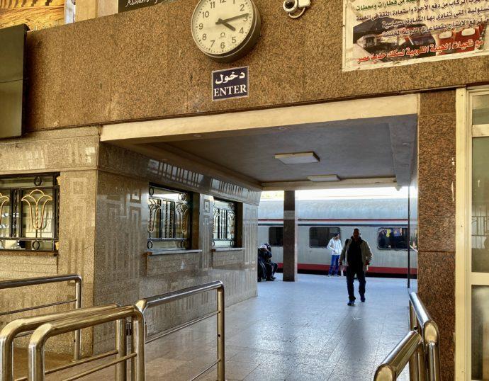 アスワン鉄道駅の改札
