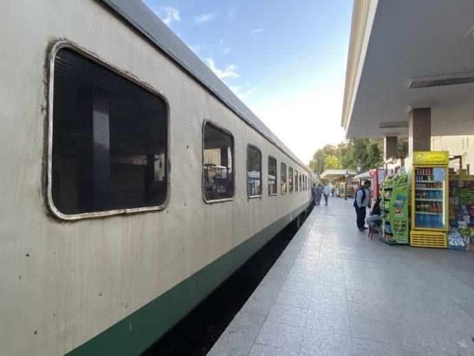 アスワン鉄道駅のホームと車両