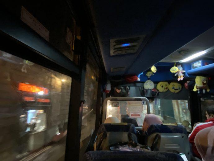夜のバス車内