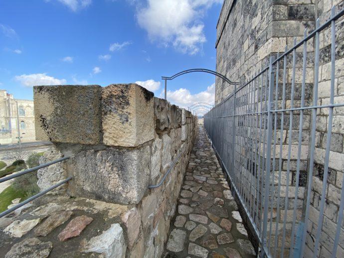 城壁めぐりの狭い道