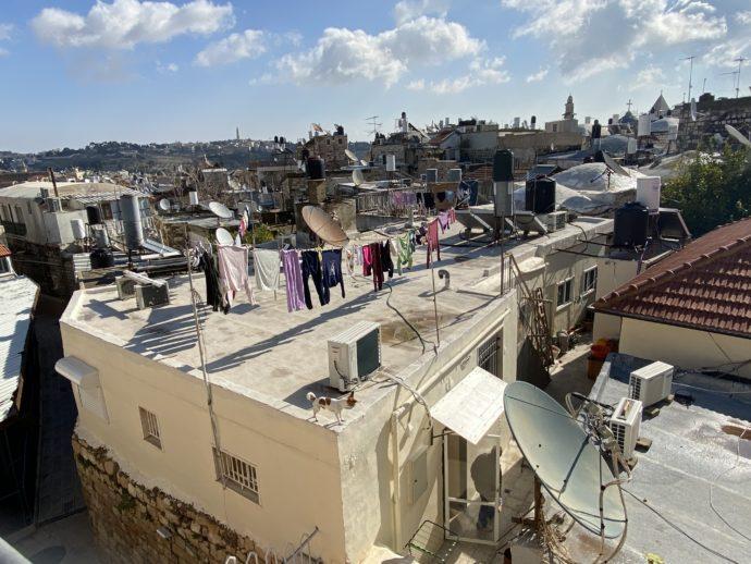 屋上で干された洗濯物が風になびく