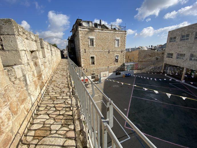 小学校の横を通過する城壁めぐりの道