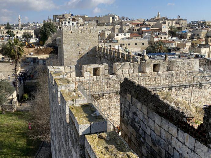 旧市街と外を分断する城壁