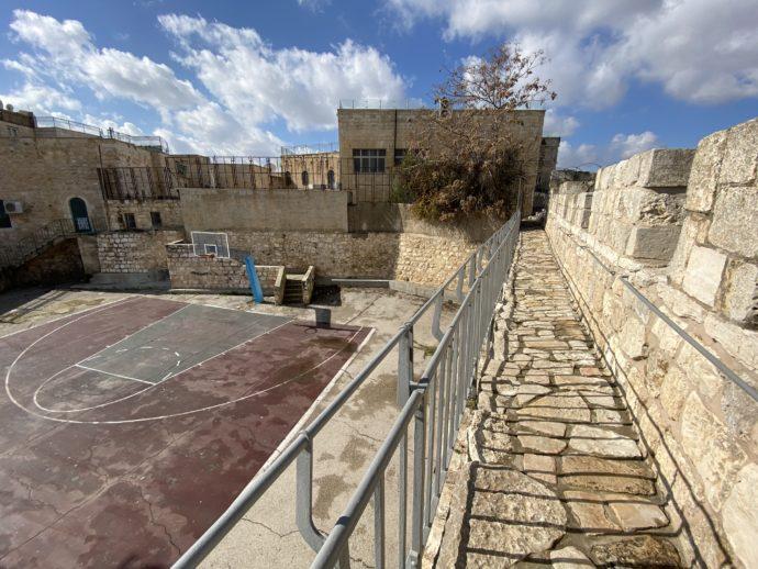 バスケットコートの横を通過する城壁