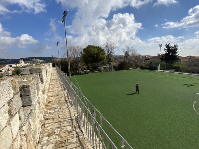 サッカーコートを通過する城壁