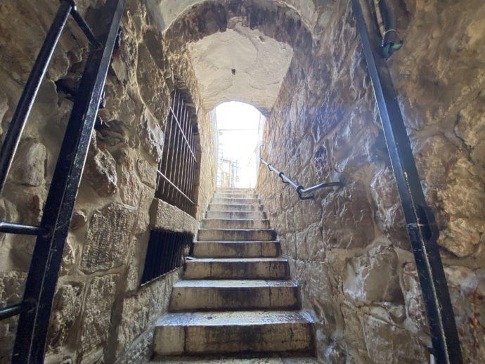 ヤッフォ門横の階段で入り口へ