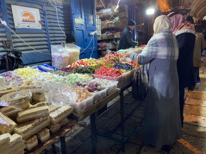 スークで買い物する女性