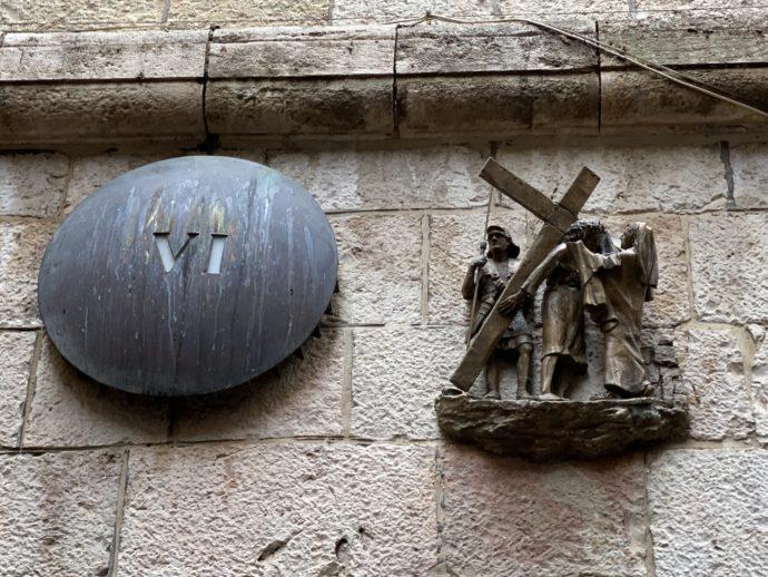 女性ヴェロニカがイエスの顔を拭く