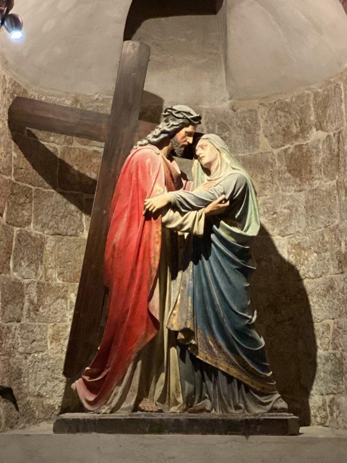 マリアが十字架を背負ったイエスを見る場面の彫刻