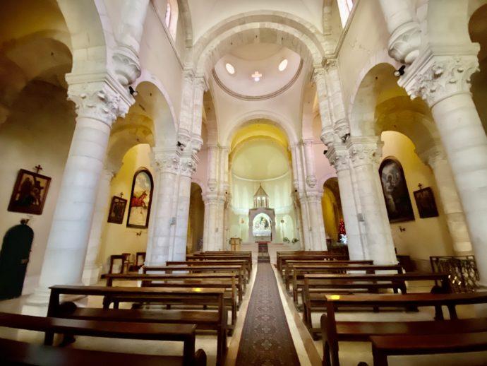 苦悩の母のマリア教会の内部
