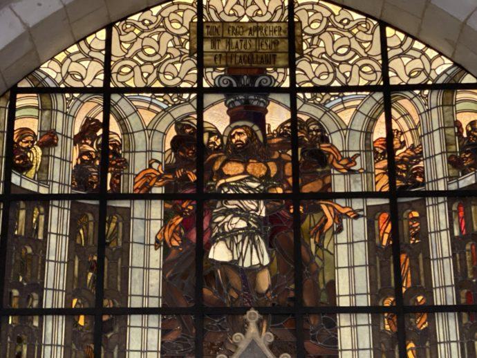 鞭打ちの教会のステンドグラス