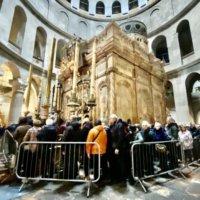 イエスの墓に入るための大行列