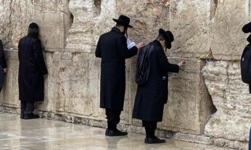 嘆きの壁で祈りを捧げる超正統派のユダヤ教徒男性