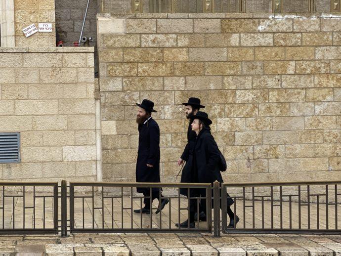 嘆きの壁に参拝に来た超正統派のユダヤ教徒男性