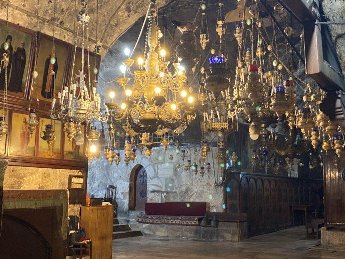 マリアの墓の教会の美しいランプ群