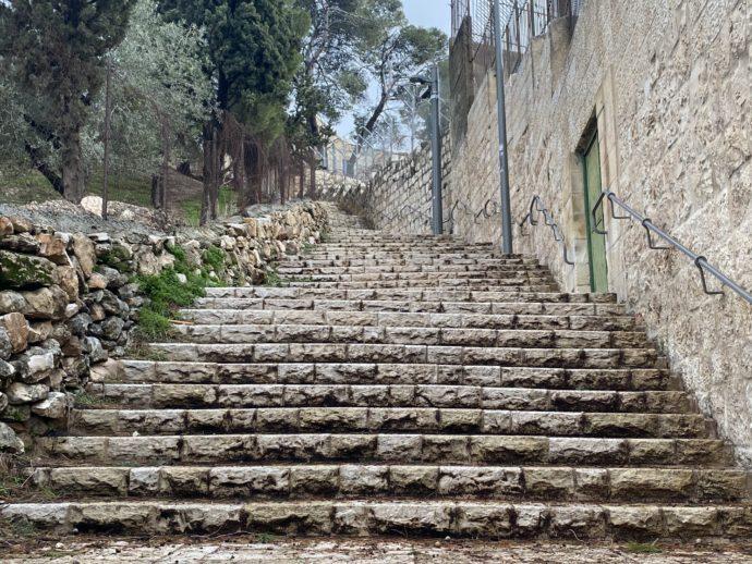 延々と続くオリーブ山への階段