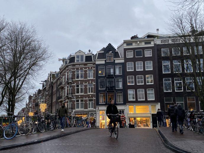 アムステルダムの川沿いの道