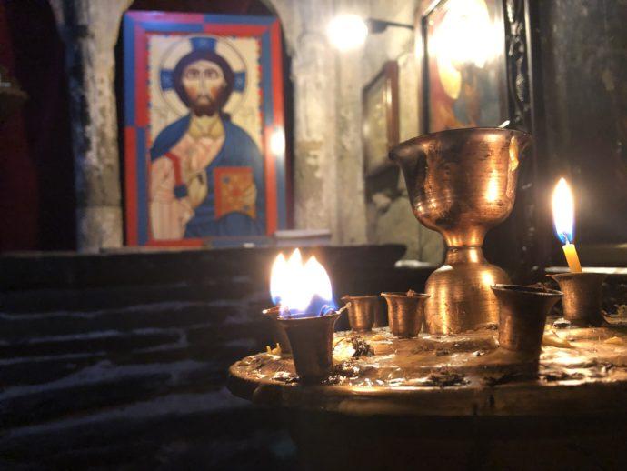 ウシュグリの教会の内部のろうそく