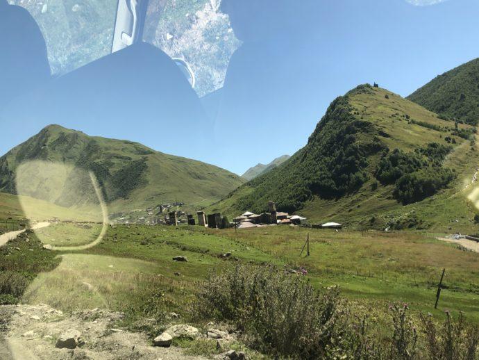 ウシュグリの車から見える村落