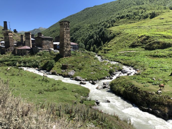 ウシュグリの塔と河