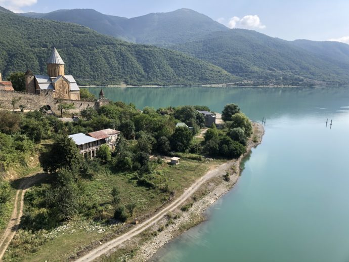 アヌメリ教会とジンヴァリ貯水湖