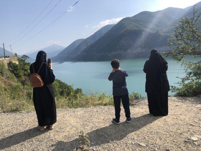 ジンヴァリ貯水湖と観光客