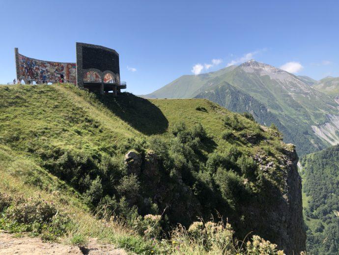 ロシア・グルジア友好のモニュメントの立つ丘