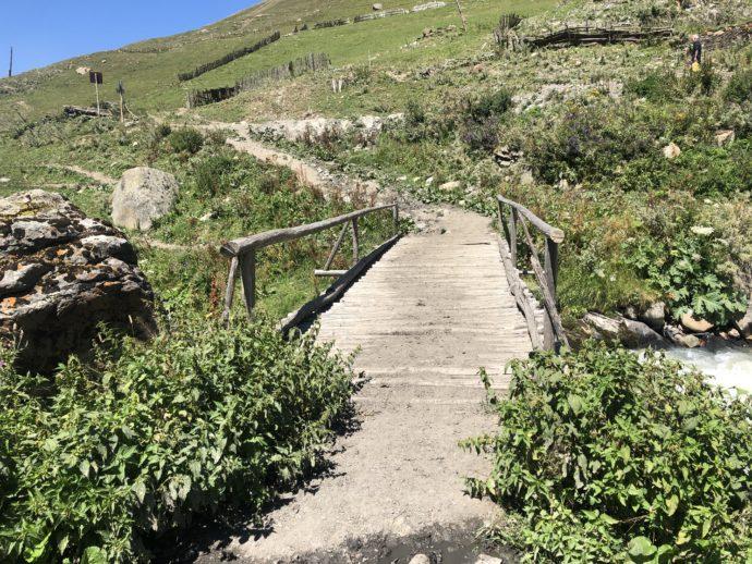 橋のかかった道