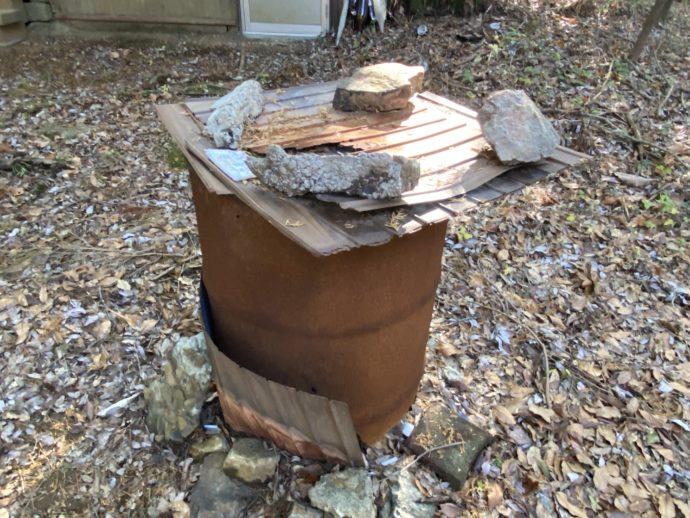 ドラム缶に石で蓋
