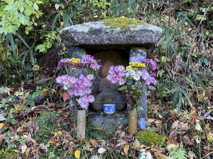 路傍の祠とお花