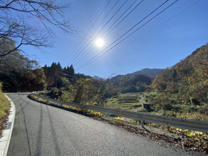 青空と高千穂の道路