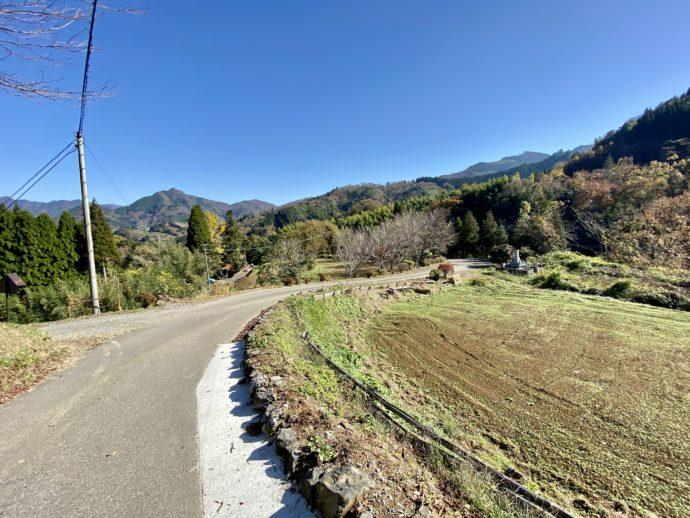 青空と田舎道