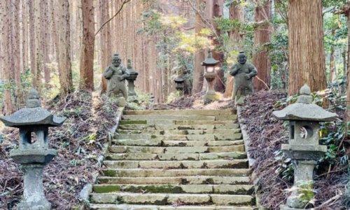 向山神社参道と2つの石仏