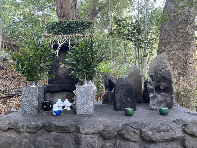石仏とお供え物