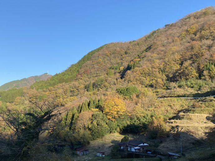 青い空と紅葉した山