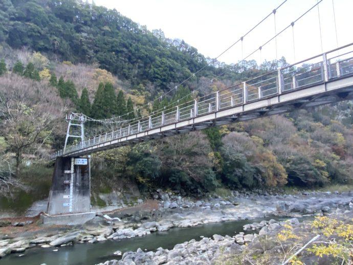 音の谷吊り橋と川