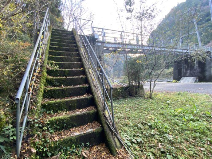 音の谷吊り橋への階段