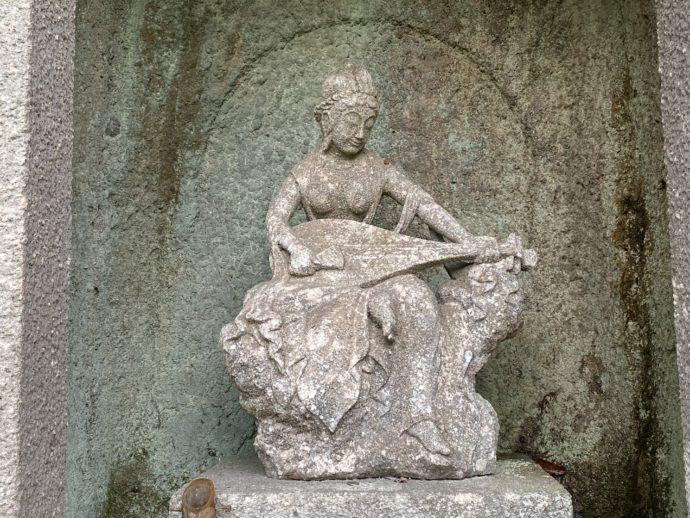 那谷寺琉美園のビワの仏