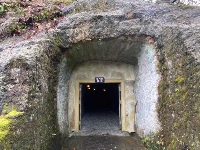 那谷寺琉美園の出口の洞窟