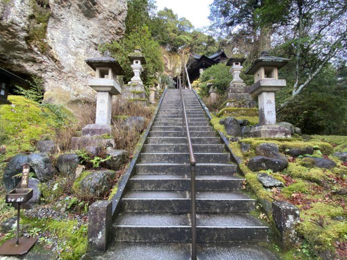 那谷寺本殿への階段