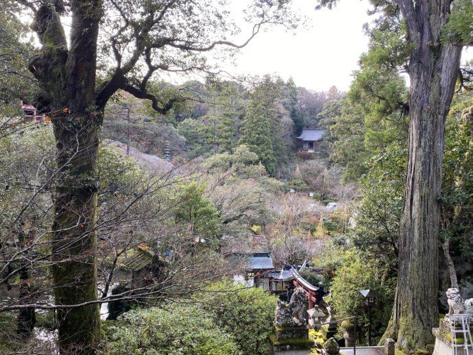 階段から眺める那谷寺の境内