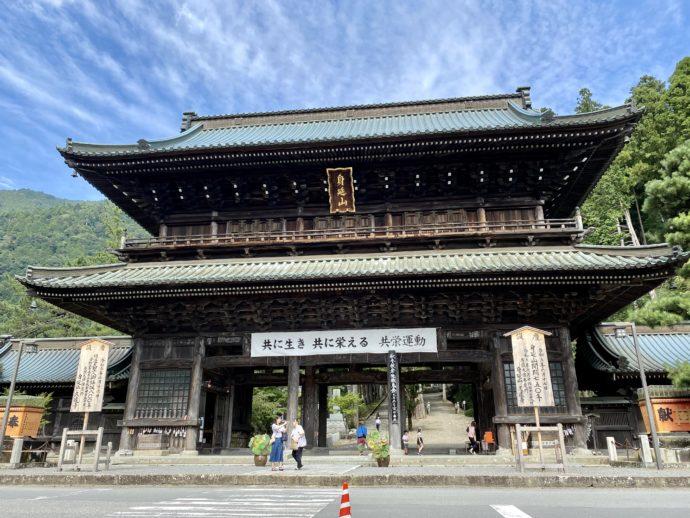 荘厳な久遠寺の三門