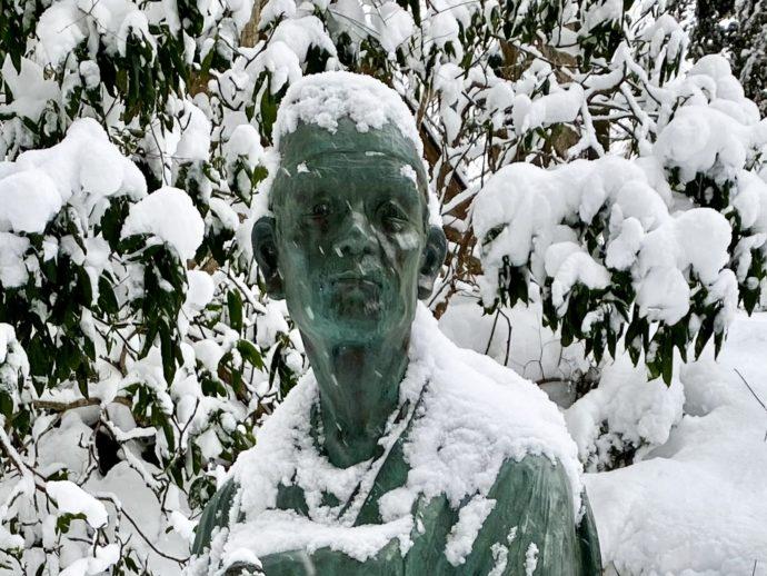 雪の松尾芭蕉像