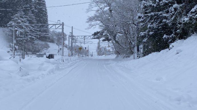 雪の平泉の道路