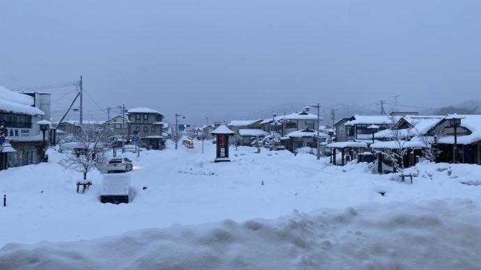 雪の平泉駅前