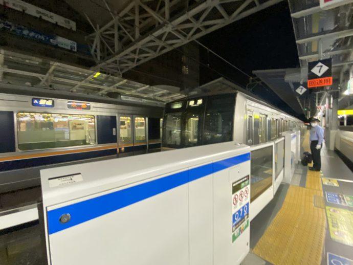 早朝の大阪駅ホーム