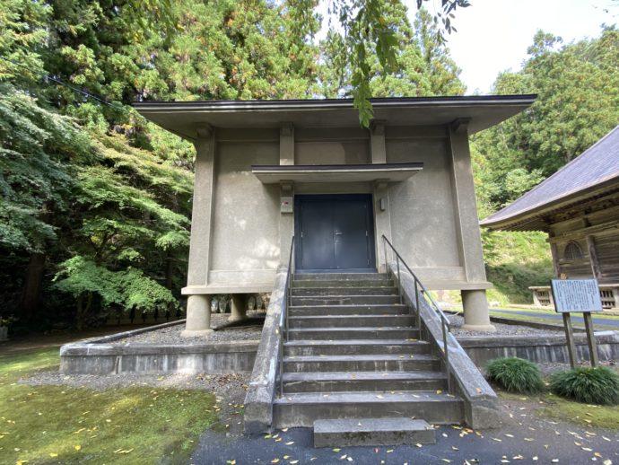 黒石寺の収蔵庫(三宝殿)