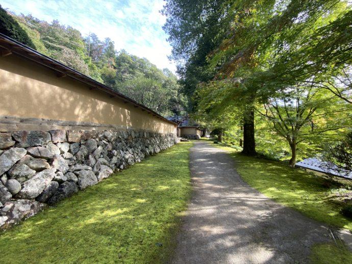 黒石寺の土塀と小道